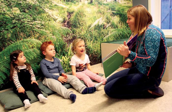 Barnehagelærar les for barna lite